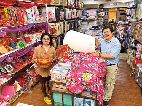 Zhang Baoren and his wife runs their century-old cotton quilt shop. Its good reputation online has brought great success. (Photo / Wang Hanshun)