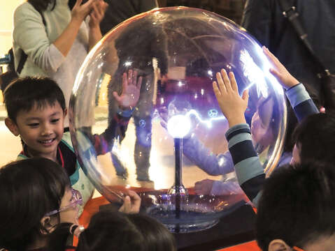 "NTSEC cultivates children's interest in science through interactive exhibitions such as ""Staying Your Shadow on the Wall"" and ""The Lightning Ball,"" both heavily favored by kids. (Photo/NTSEC)"
