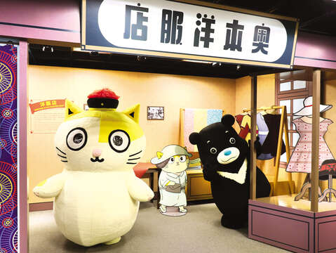 Fumeancats (left), from a well-known YouTube channel, and Bravo (right), the mascot of Taipei City, invite you to explore western clothing stores in Taipei from 1920. (Photo/Department of Information and Tourism, Taipei City Government)