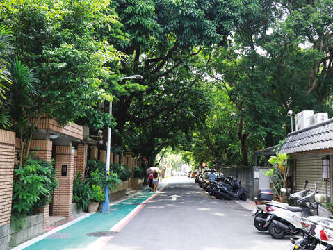 Qingtian Street is also known for its greeny and tranquil alleys and lanes.