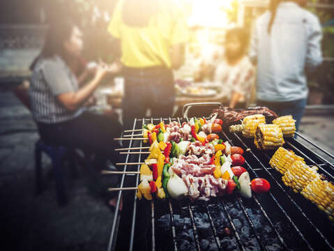 Nowadays, it is also common to see locals enjoying BBQ with family and friends in Taipei during the Moon Festival. (Photo/PhuShutter)