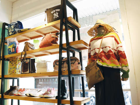 Displaying products in its bright space, Kuang Jen Green Fashion offers various second-hand clothing options from caps, to polo shirts, purses and shoes. (Photo/Taiwan Scene)