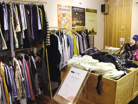 Little Sparrow Shop collects many vintage items featuring Japanese designs, giving treasure hunters countless choices among the piles of clothes. (Photo/Taiwan Scene)