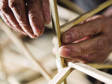 The first step of making zhiza is to cut bamboo into long sticks and assemble them to frame the creation.