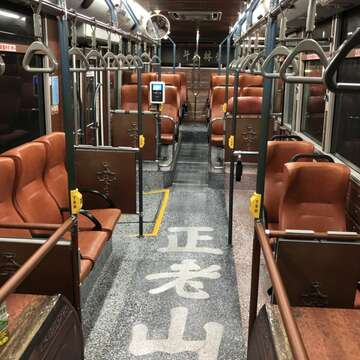 Welcome aboard! Green No.17 is now a sightseeing bus route that takes tourists on a convenient tour in Wanhua and Dadaocheng.